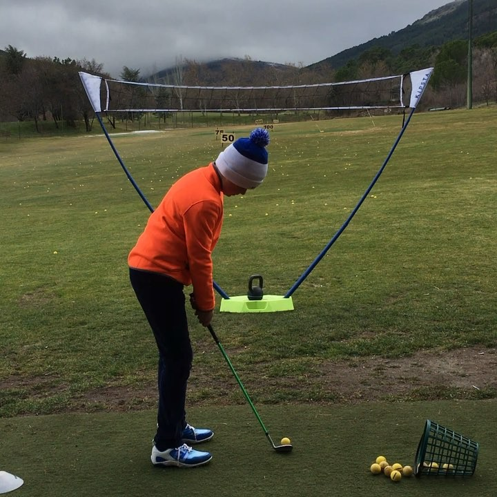 🇬🇧Working on pitching launch angles by changing club release patterns. The net is placed where a 30* launch angle passes through it, this is the launch angle of a well struck pitch. With less release the ball launches lower and passes below and a stronger release, higher and above the net. Here Alvaro demonstrates it perfectly.