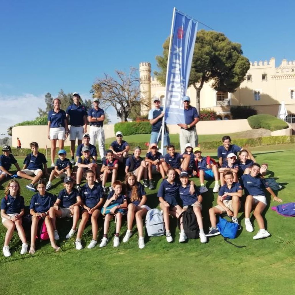 Un mes increíble de campamentos con @forenex La primera quincena en @rcglaherreria con el campamento 'Competition Golf', muchos bajas de handicap y mejoras técnicamente. La segunda quincena en @barcelomontecastillo, otro campamento muy exitoso con mucho golf bueno y mucha diversión. Gracias a todos mis compañeros en los dos sitios, dos equipos fantásticos con mucha profesionalidad. A los niños también, dos grupos geniales. Hasta el próximo verano. 🇬🇧An incredible month of @forenex summer camps. The first fortnight in @rcglaherreria with the summer camp 'Competition Golf' lots of handicaps lowered and technical improvements made. The second fortnight in @barcelomontecastillo, another successful camp with lots of good golf and lots of fun. Thanks to my colleagues at both places, two great teams with high professionalism. To the kids too, two awesome groups. Until next year